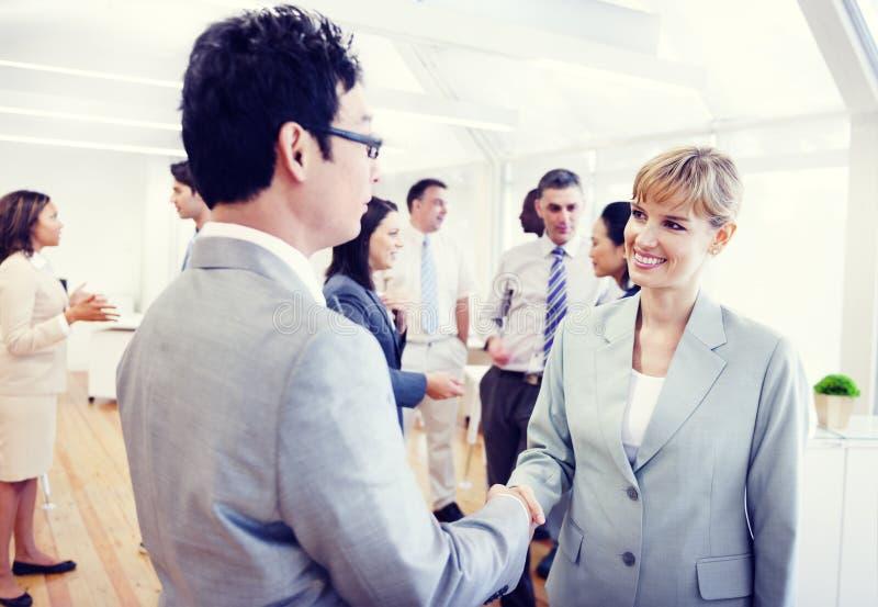 Deux affaires Person Handshaking dans le bureau image stock