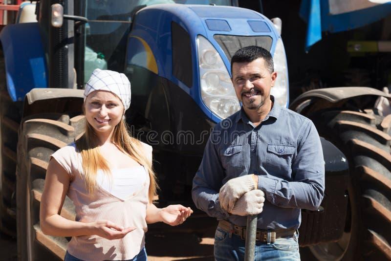 Deux agriculteurs s'approchent du moteur de champ photos libres de droits