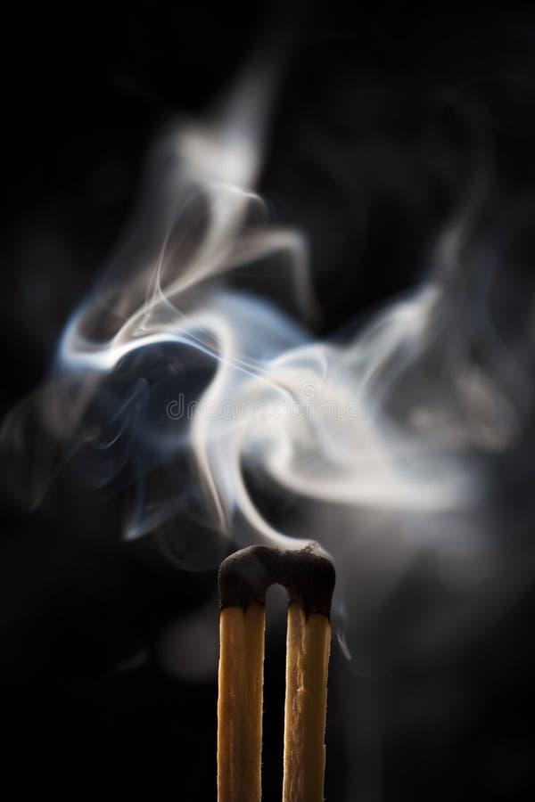 Deux allumettes de fumage image libre de droits