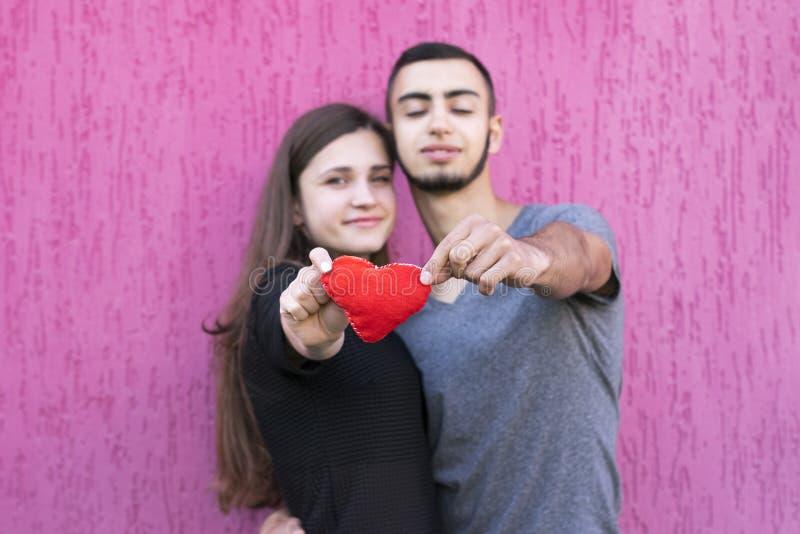 Deux amants avec le coeur rouge images libres de droits