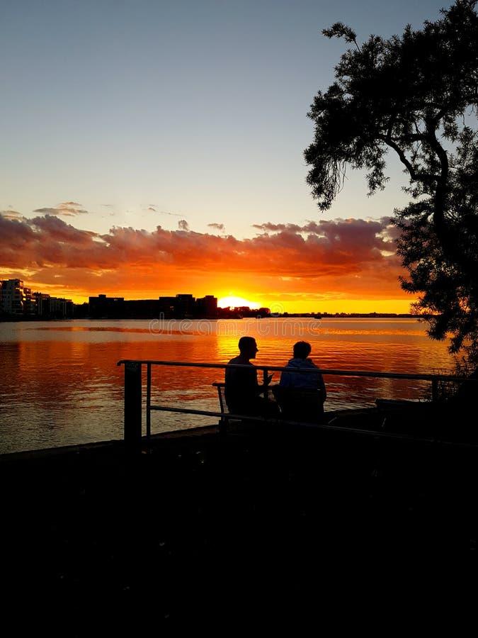 Deux amants regardant la vue de ville pendant le coucher du soleil image libre de droits