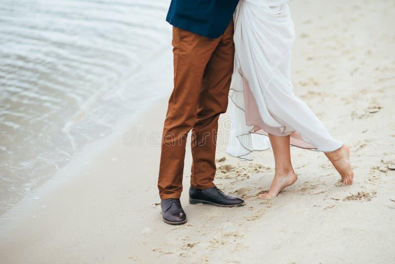 Deux amants sur le rivage du lac marchent le jour de leur mariage images stock