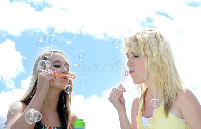Deux amie soufflant des bulles photographie stock libre de droits