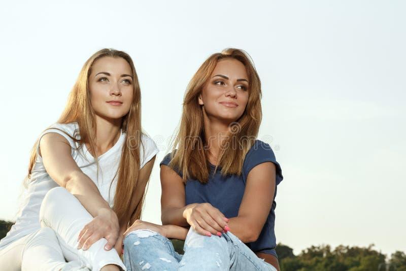 Deux amies attirantes en parc images libres de droits
