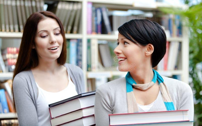 Deux amies portent des livres photo libre de droits