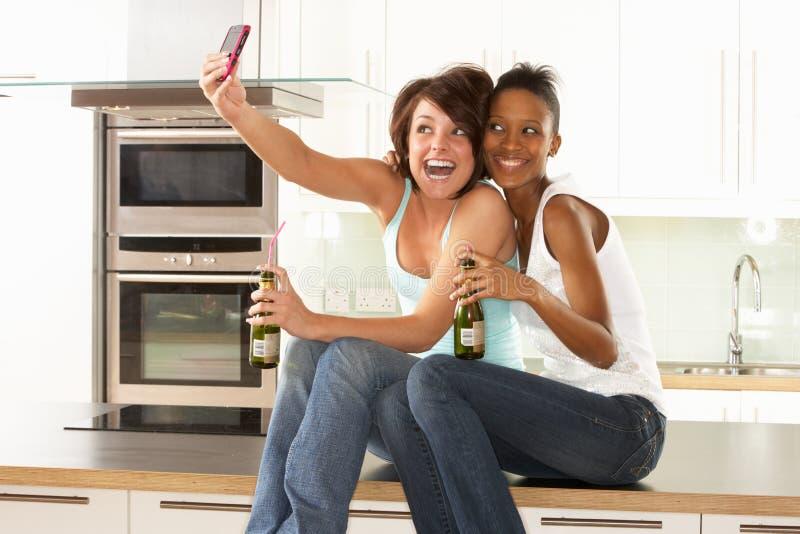 Deux amies prenant la photo avec l'appareil photo numérique image libre de droits