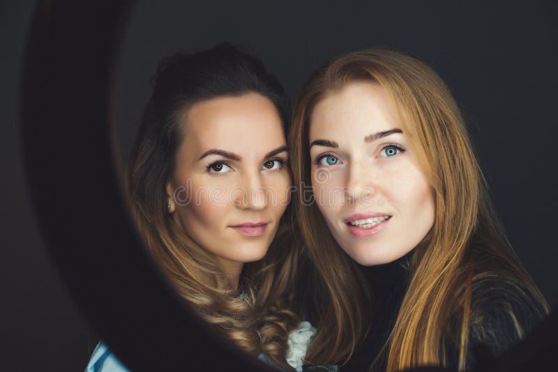 Deux amies prenant le selfie à un téléphone Image de mode de vie des filles de meilleur ami Femmes heureuses avec le beau maquill images libres de droits