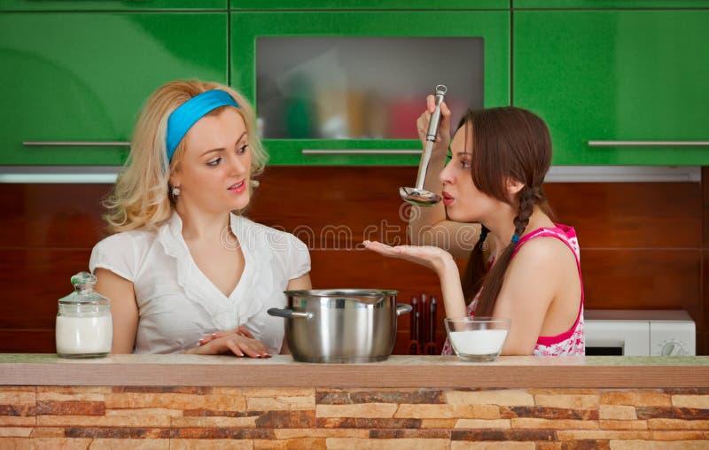 Deux amies sur la cuisine photographie stock libre de droits