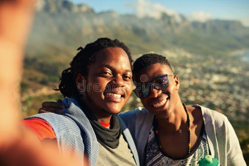 Deux amis africains prenant un selfie ensemble sur une hausse images stock