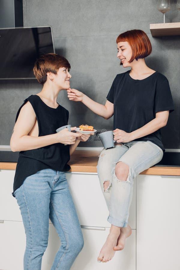 Deux amis impressionnants ayant l'amusement dans la cuisine photos libres de droits