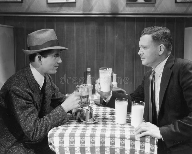 Deux amis masculins dans le ½ de ¿ de cafï photo stock