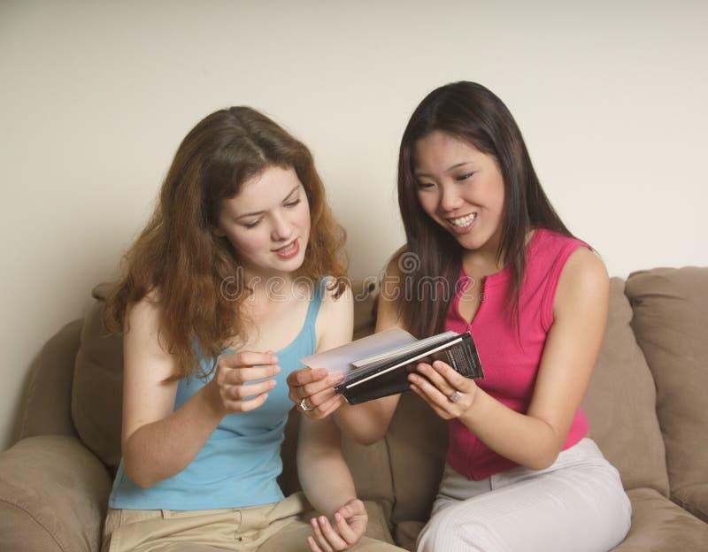 Deux amis regardant des photos photos libres de droits