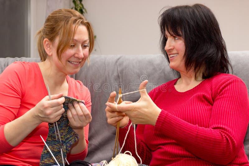 Deux amis tricotant ensemble photos stock