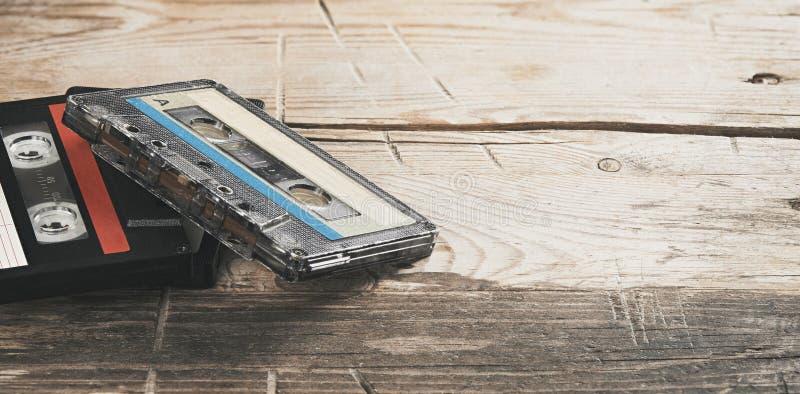 Deux anciennes bandes audio sur une table en bois images stock