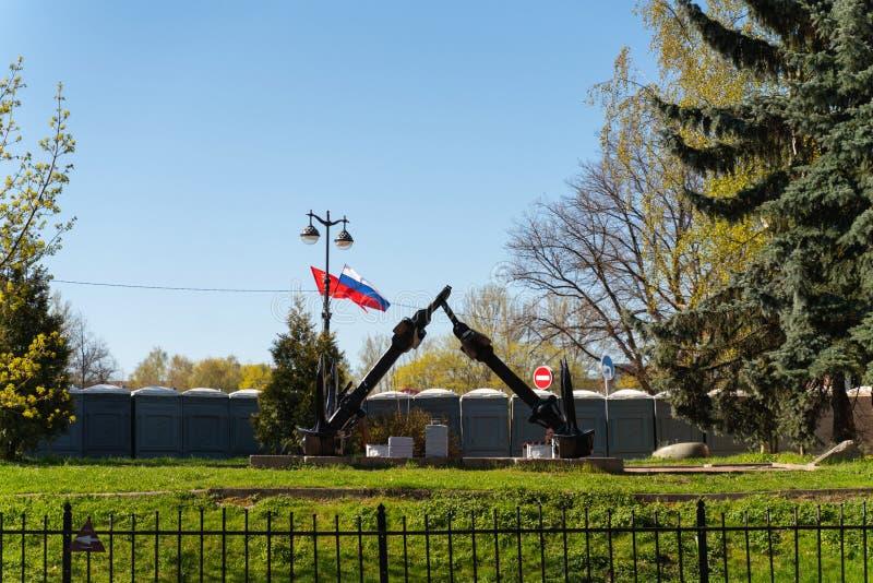 Deux ancres de fonte et le drapeau russe à l'arrière-plan images stock