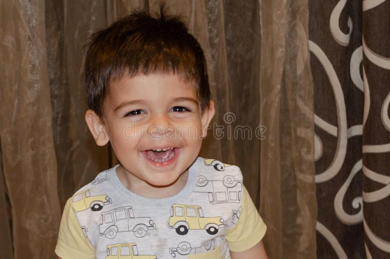 Deux années mignonnes de garçon faisant à visages drôles le premier concept de développement, portrait, expressions de visage photo libre de droits