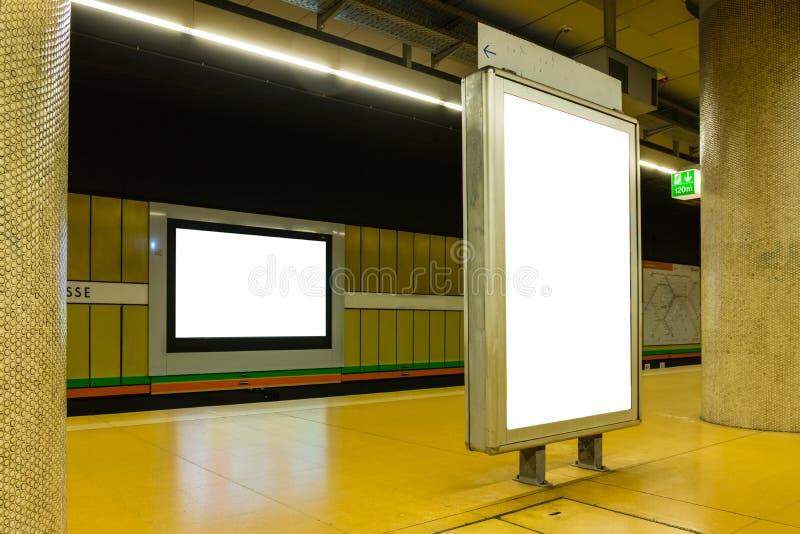 Deux annonces en blanc de souterrain dans l'espace chromatique brillamment urbain image libre de droits