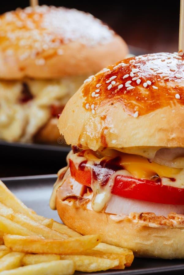 Deux appétissants, hamburger fait maison délicieux employé pour couper le boeuf.  photo stock