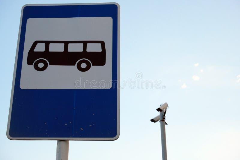 Deux appareils-photo avec la gare routière se connectent la rue images libres de droits