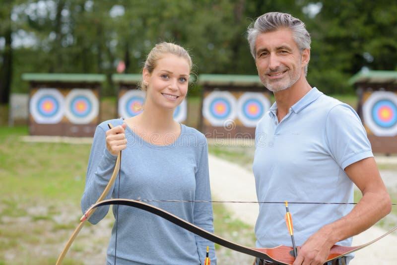 Deux archers au champ de tir image stock