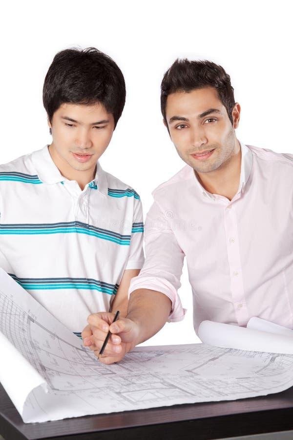 Deux architectes discutant sur des modèles image libre de droits