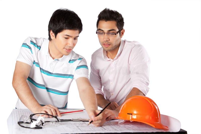 Deux architectes discutant sur des modèles photo stock