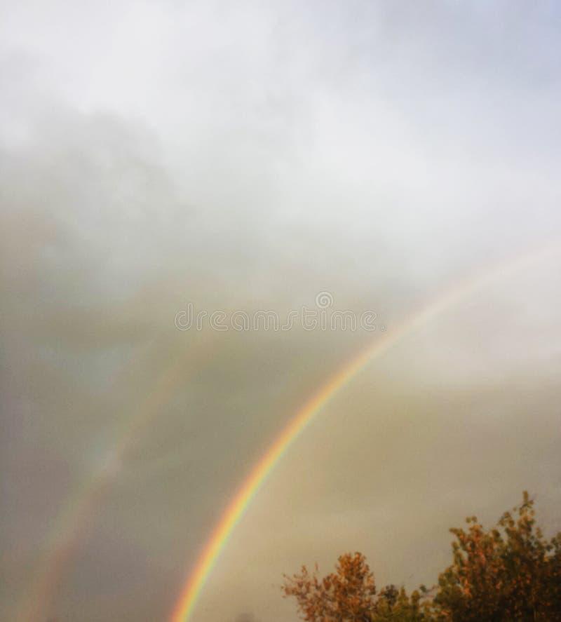 Deux arcs-en-ciel dans le ciel après la pluie photographie stock