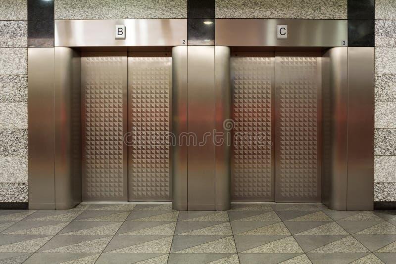 Deux ascenseurs avec des portes en métal images libres de droits