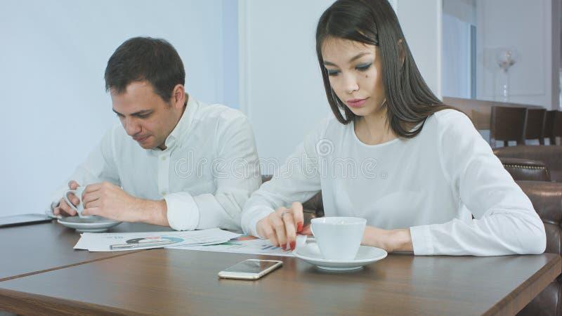 Deux associés finissant leur café et étant prêts pour travailler images stock