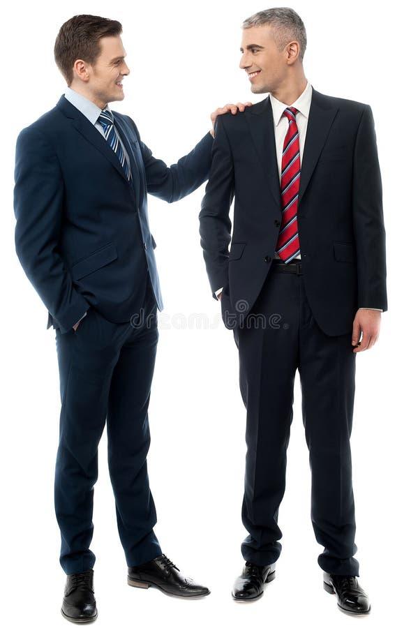 Deux associés parlant ensemble image libre de droits