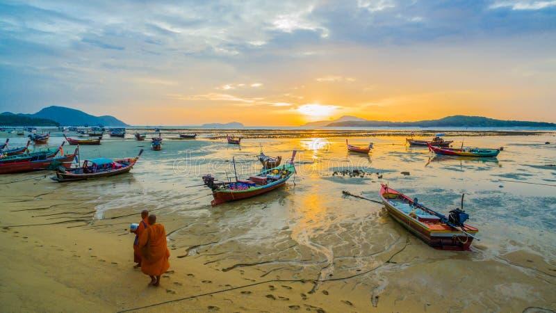 deux aumône de marche de moines sur la plage photos libres de droits