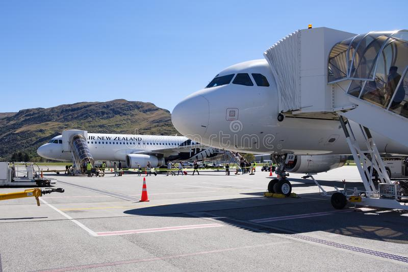 Deux avions d'Air New Zealand avec des passagers embarquant à l'aéroport de Queenstown images libres de droits