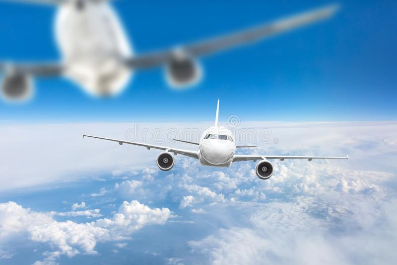 Deux avions dans le ciel à une approche dangereuse, distance est étroit, diffusion photographie stock libre de droits