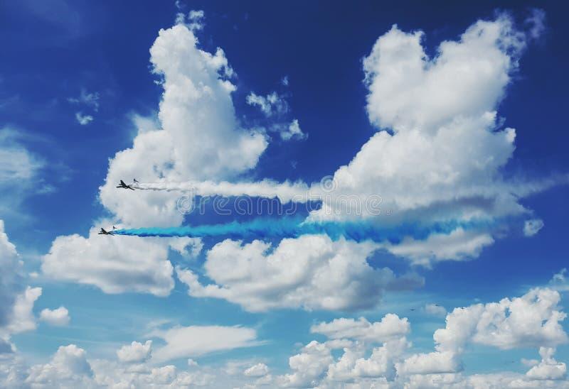 Deux avions IL-76 produisent la fumée bleue et blanche dans les nuages dans le ciel au-dessus de la Russie Aviation russe Force d photo stock
