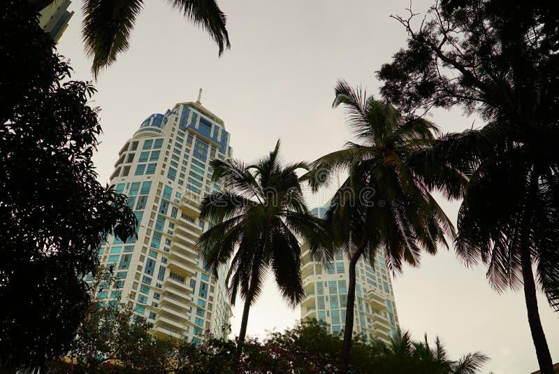 Deux bâtiments ayant beaucoup d'étages avec des transitoires photo stock