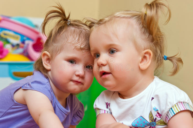 Deux bébés mignons photo libre de droits
