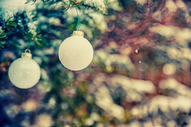 Deux babioles accrochantes de Noël blanc - rétros, fané photographie stock libre de droits