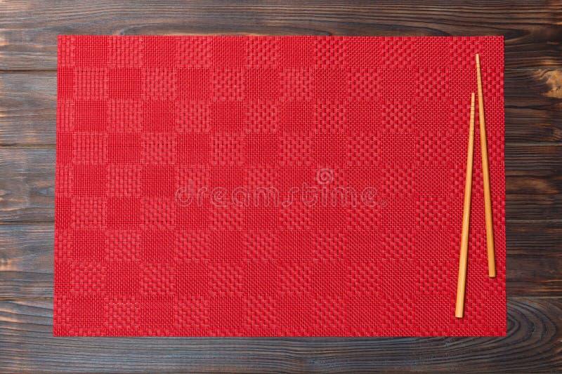 Deux baguettes de sushi avec la nappe rouge vide, serviette sur la vue supérieure de fond en bois avec l'espace de copie Fond asi photos libres de droits