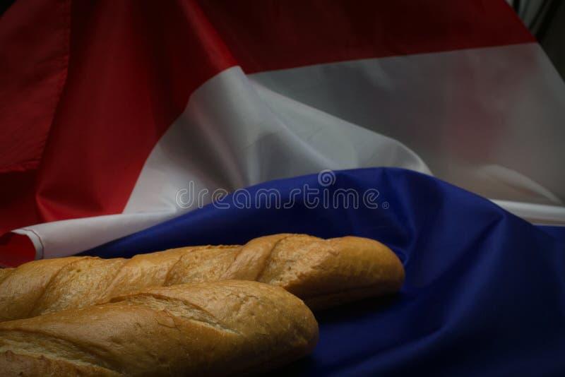 Deux baguettes et drapeau français photos stock