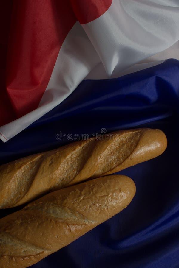 Deux baguettes et drapeau français photographie stock
