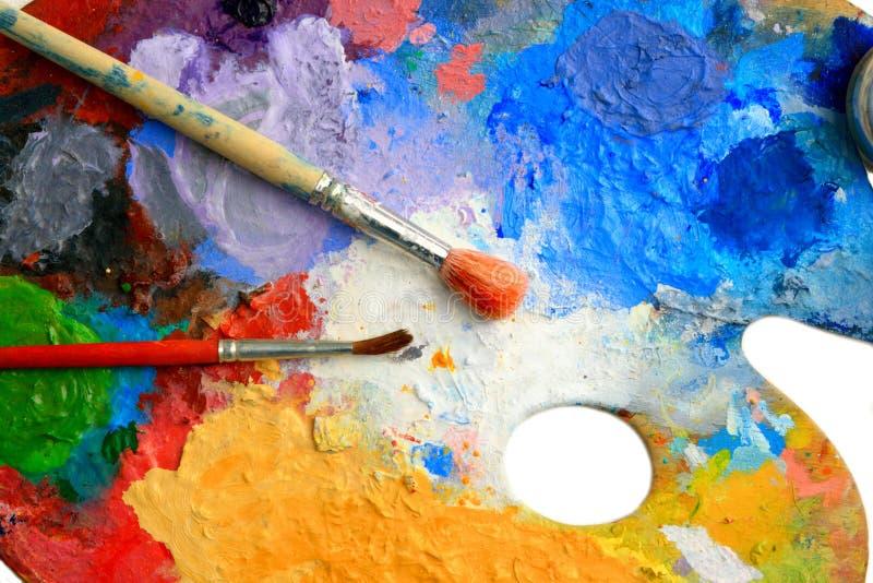 Deux balais étendus sur une palette d'art images libres de droits