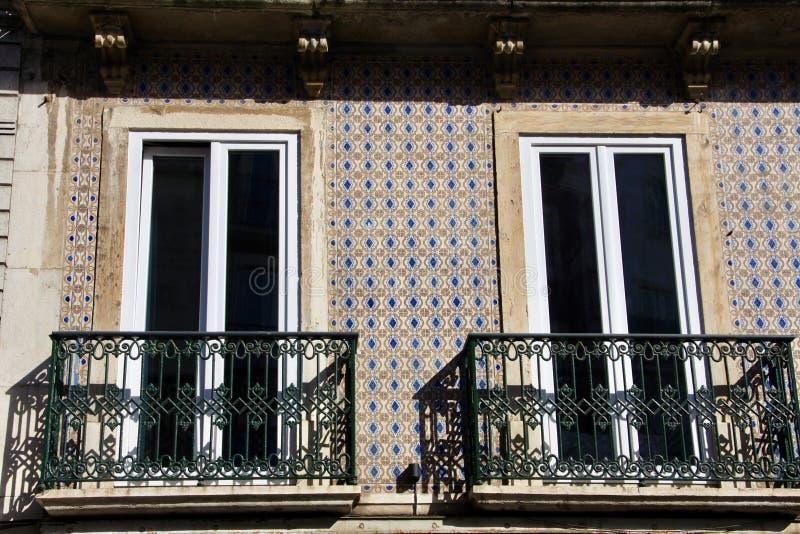 Deux balcons dessus carrelés par la façade d'azulejo du bâtiment à Lisbonne images libres de droits