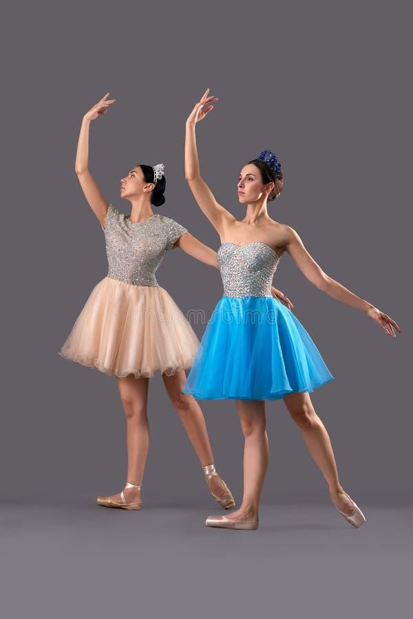 Deux ballerines dans des robes et des chaussures et pose de ballet photos stock