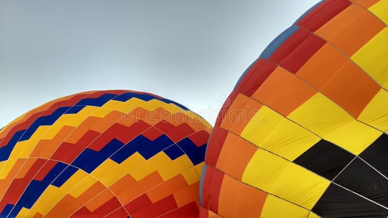 Deux balloes remplissant pour un beau vol photos stock