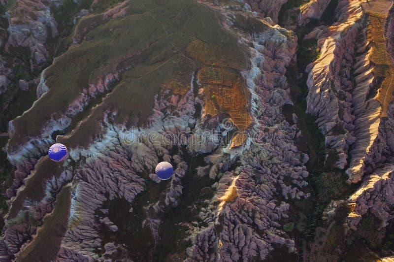 Deux ballons à air chauds bleus dans les montagnes photos stock