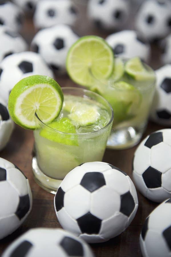 Deux ballons de football frais de Brésilien de Caipirinhas de chaux photographie stock