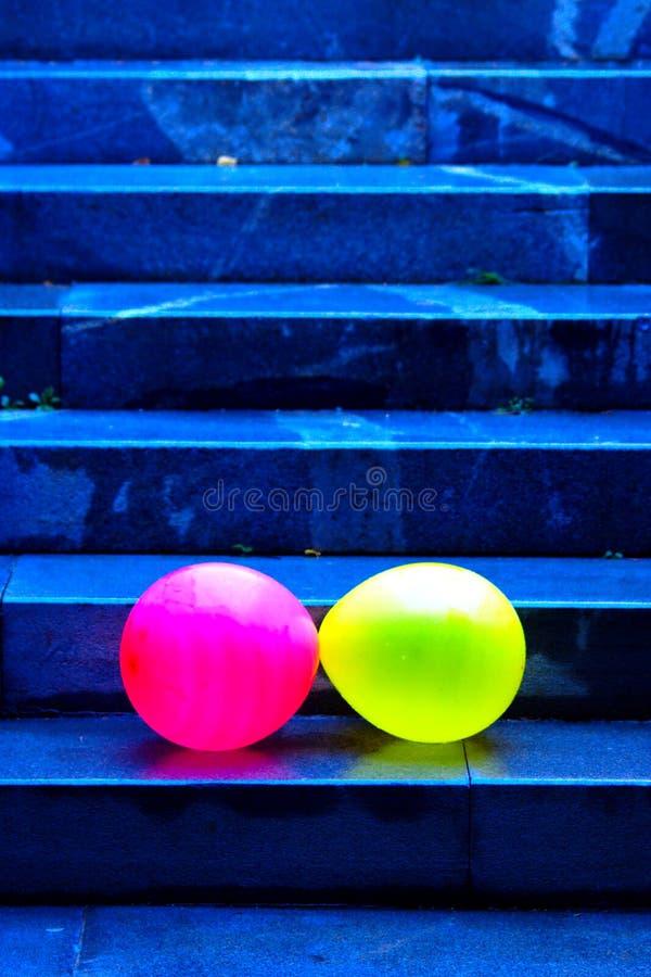 Deux Baloons tombant vers le bas les escaliers image libre de droits