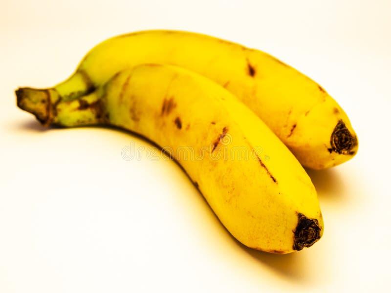Deux bananes mûres d'isolement sur le fond blanc image libre de droits