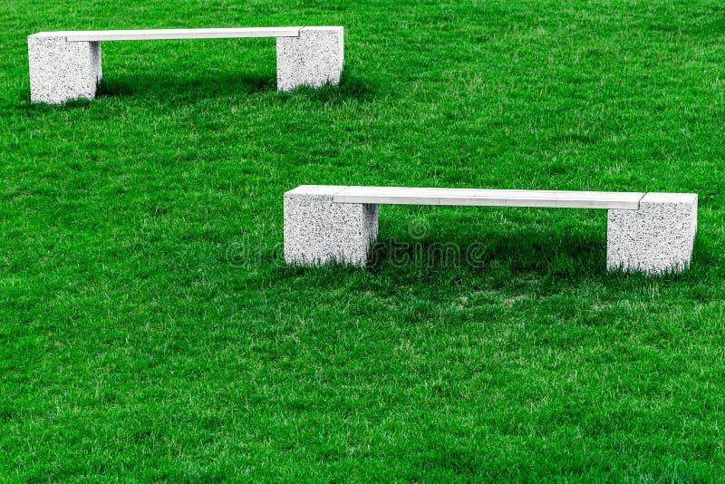 Deux bancs blancs image stock