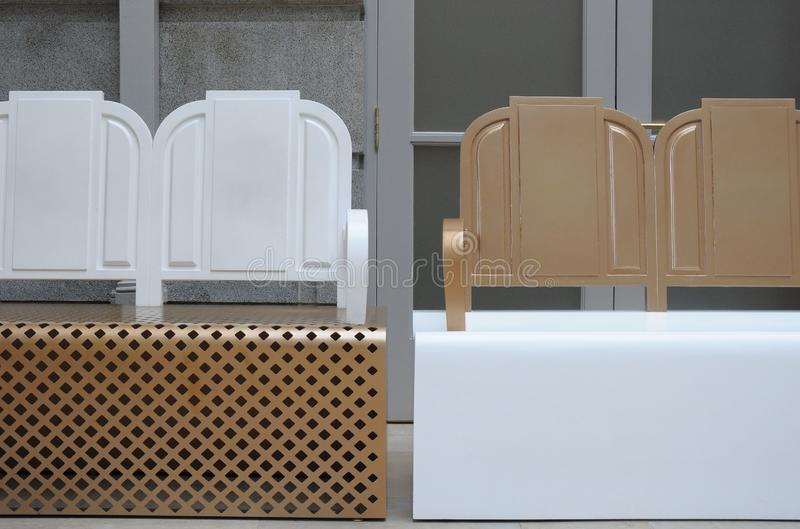 Deux bancs peints avec deux couleurs blanches et brun clair photo stock